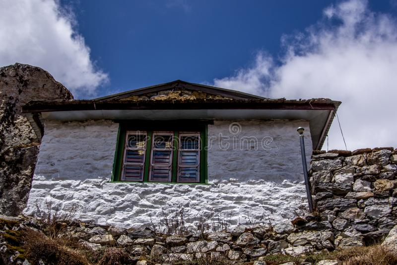 Vue de paysage de maison en pierre rurale dans le secteur de montagne du Népal avec images libres de droits