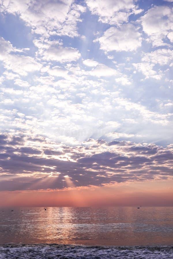 Vue de paysage marin avec le beau ciel avec des nuages et des rayons de soleil sur le lever de soleil photos stock
