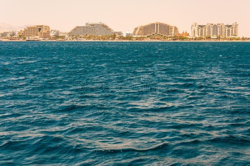 Vue de paysage marin de la Mer Rouge sur les hôtels célèbres sur la plage d'Eilat, station de vacances du sud en Israël photographie stock libre de droits