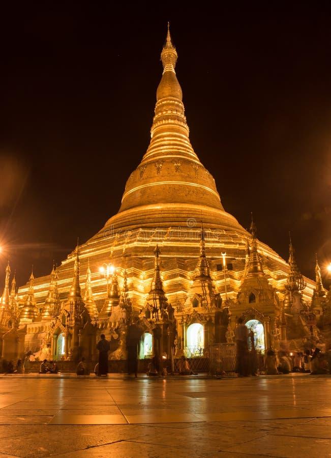 Vue de paysage de nuit de pagoda de shwedagon au myanmar Yangon images libres de droits