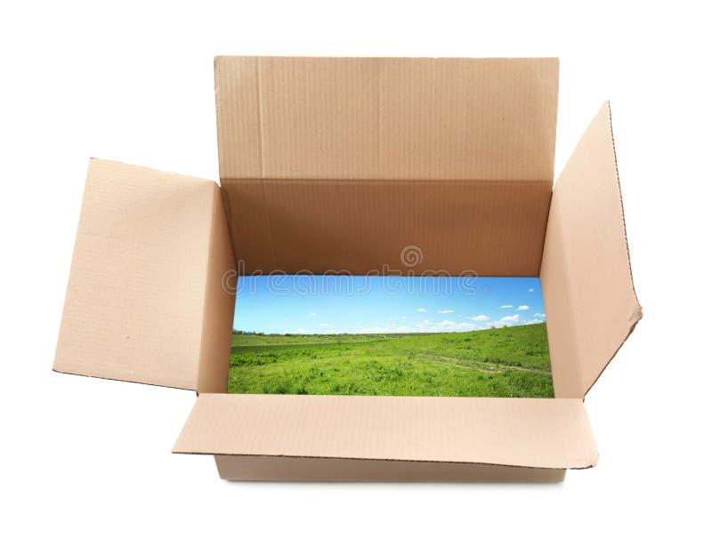 Vue de paysage par l'emballage ouvert de carton sur le fond blanc Concept des idées, des innovations et des solutions créatives m photo stock