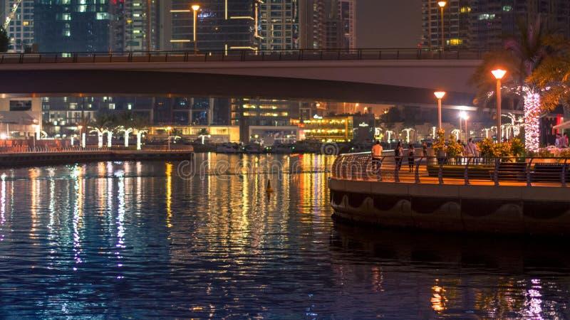 Vue de paysage sur un pont et une promenade Scène de nuit dans le Duba photos stock