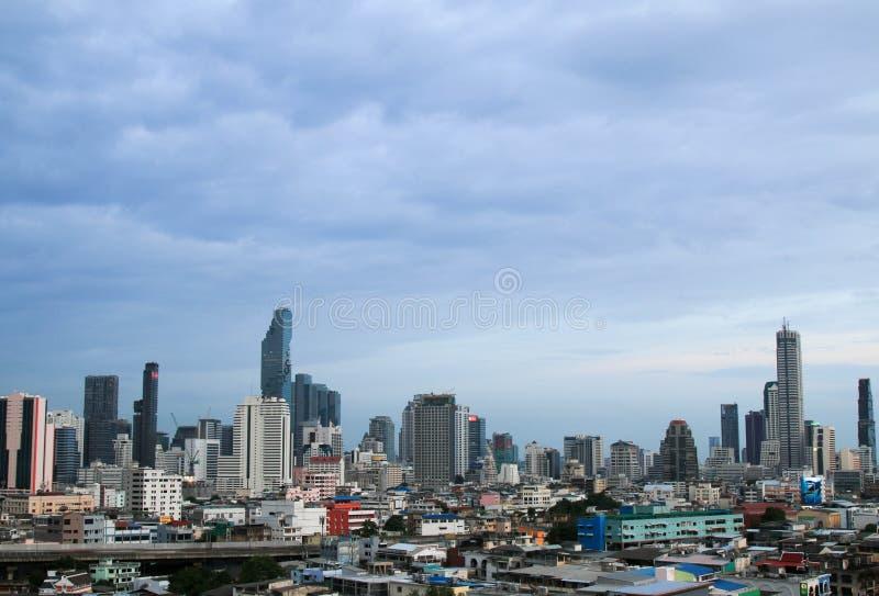 Vue de paysage urbain du bâtiment moderne d'affaires de bureau de Bangkok dans la zone d'affaires à Bangkok photo stock