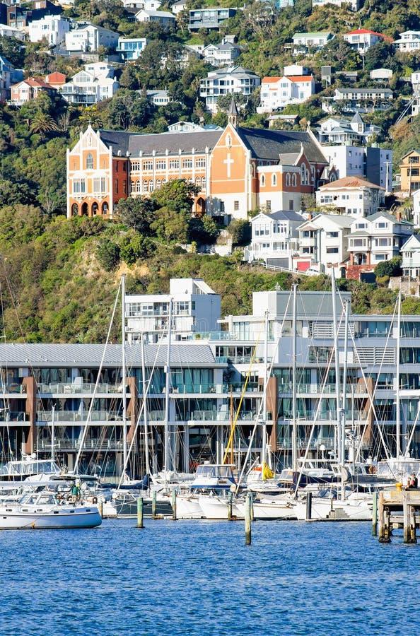 Vue de paysage urbain du bord de mer de Wellington regardant vers le monastère du ` s de Gerard de saint situé sur la colline der images libres de droits