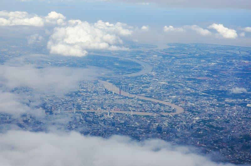 Vue de paysage urbain et de rivière de Bangkok dans courbe et partiellement nuageux photos stock