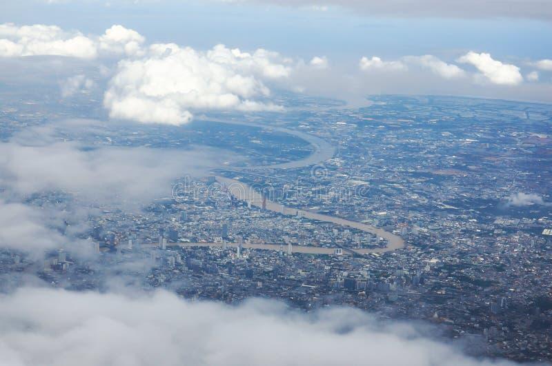 Vue de paysage urbain et de rivière de Bangkok dans courbe et partiellement nuageux photo stock