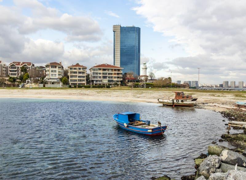 Vue de paysage urbain et de ville de yeÅŸilköy à Istanbul avec des bâtiments et des bateaux de la mer Sid photo libre de droits