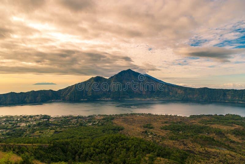 Vue de paysage de volcan de lever de soleil du haut de bâti Batur dans Bali, Indonésie photos libres de droits