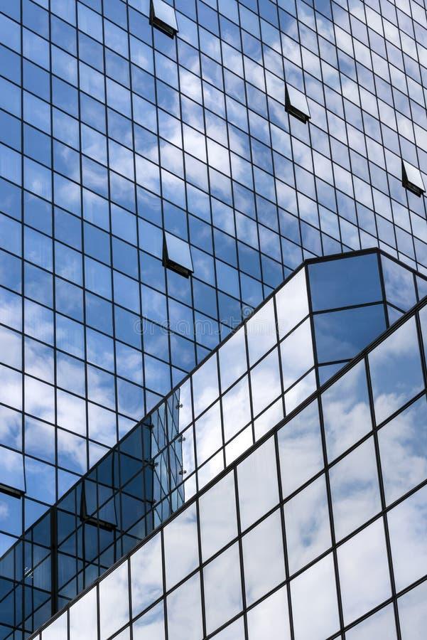 Vue de perspective aux gratte-ciel en verre de bâtiment de bleu en acier photographie stock libre de droits
