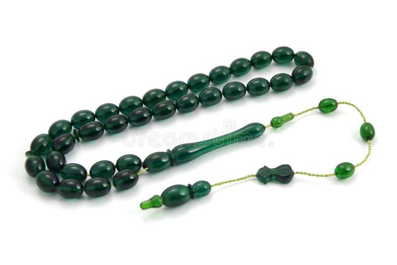 Vue de perspective en plastique verte transparente de perles de prière d'isolement sur le blanc photos stock