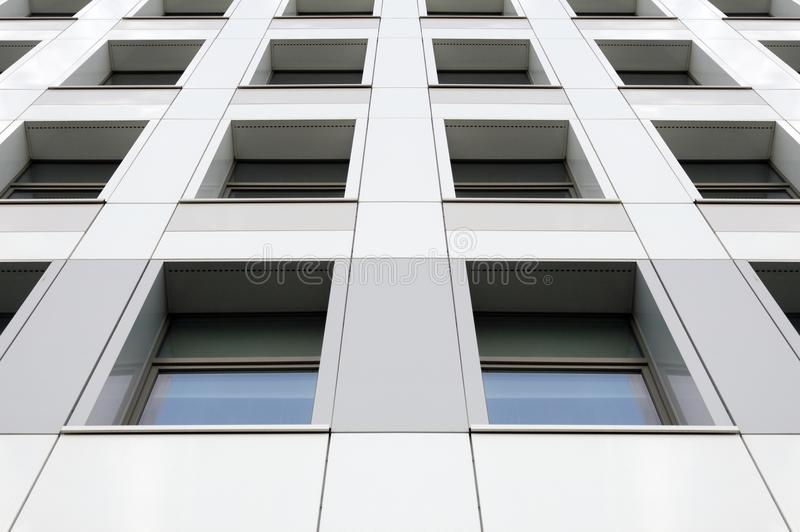 Vue de perspective de la façade grise moderne de bâtiment avec des fenêtres Modèle architectural photos stock