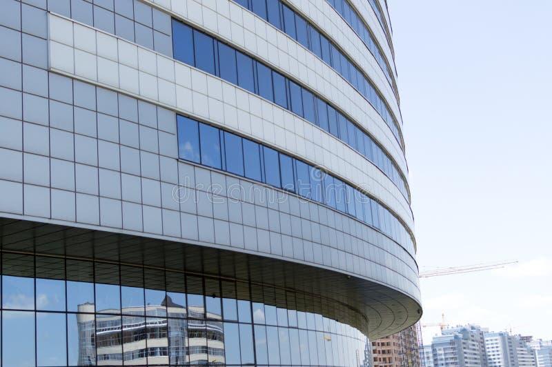 Vue de perspective de la façade moderne de bâtiment avec des équipements de construction sur le fond image stock