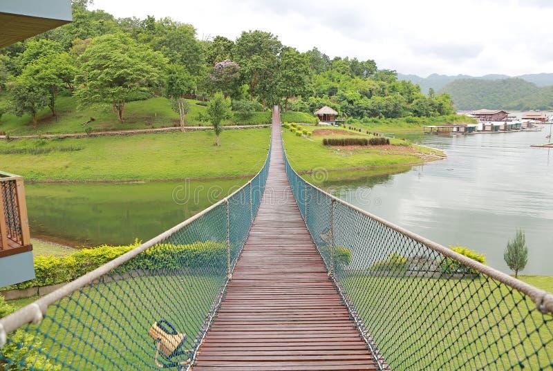 Vue de perspective de rivière en bois de croisement de pont suspendu de corde d'aventure photos libres de droits