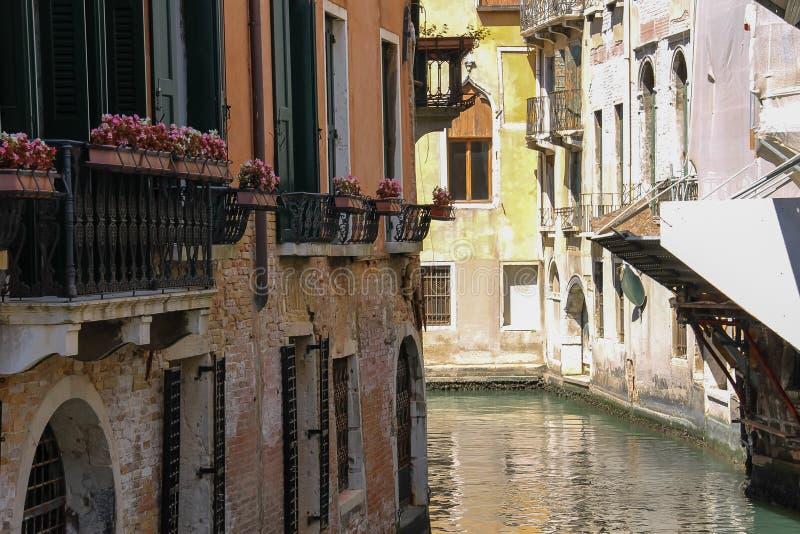 Vue de petit canal célèbre à Venise photographie stock libre de droits