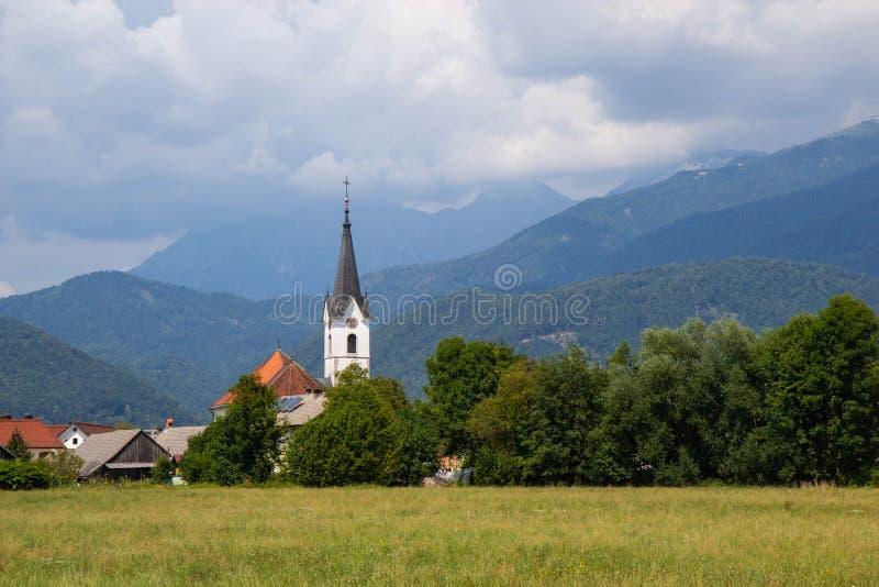 Vue de petite église rurale en Slovénie photos libres de droits