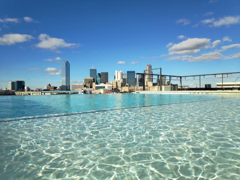 Vue de piscine d'infini de stupéfaction au-dessus de l'horizon de Dallas photo stock