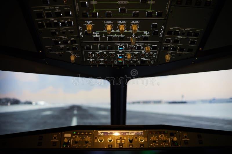 Vue de piste d'atterrissage de pare-brise d'avion photographie stock