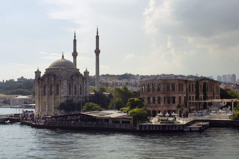 Vue de place d'Ortakoy, mosquée historique célèbre photos libres de droits
