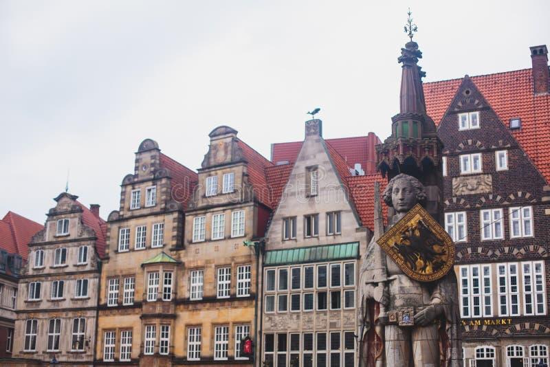 Vue de place du marché de Brême avec la statue hôtel de ville, de Roland et la foule des personnes, centre historique, Allemagne images stock