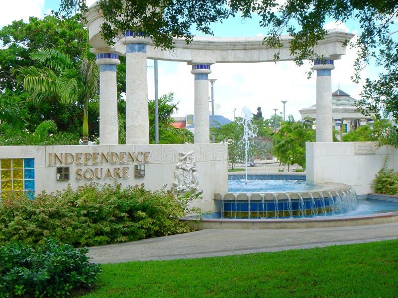 Vue de place de l'indépendance avec la fontaine d'eau dans la distance, Barbade photo stock