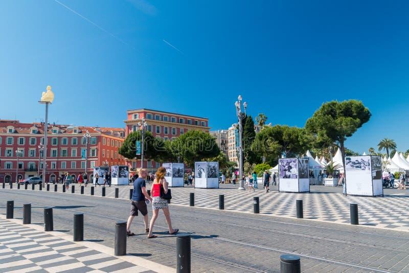 Vue de place de Les Bouddhas De Jaume Plensa au centre de la ville de Nice images stock