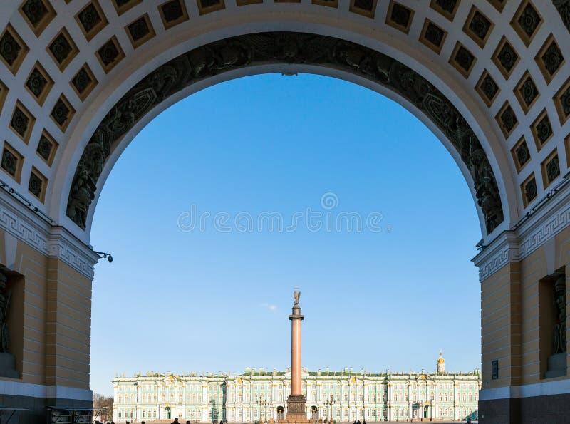 vue de place de palais par la voûte dans le matin photos libres de droits