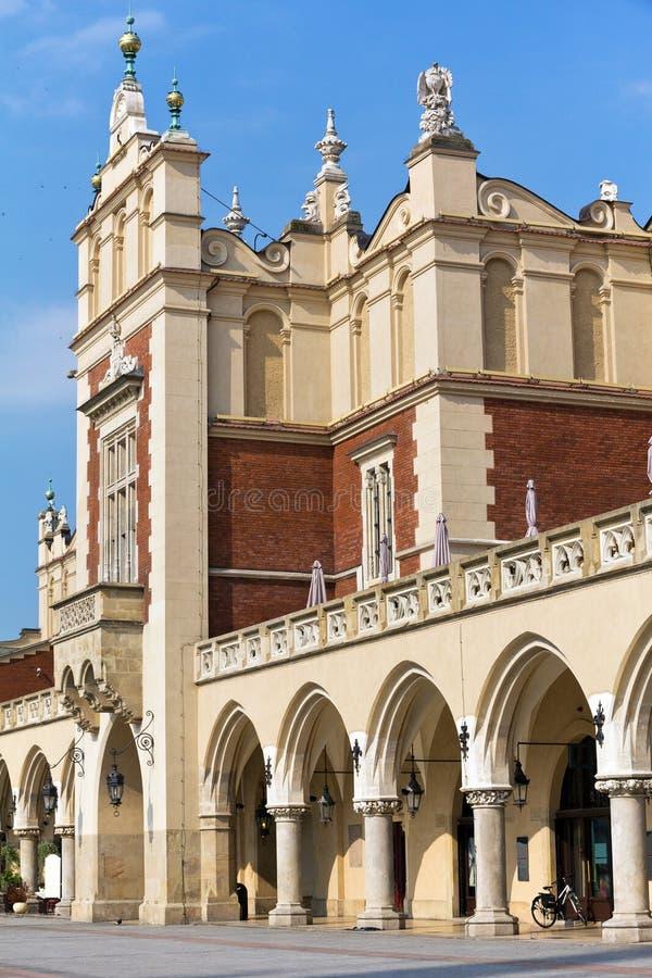 Vue de place principale du marché avec le sukiennice de la Renaissance à Cracovie en Pologne image libre de droits