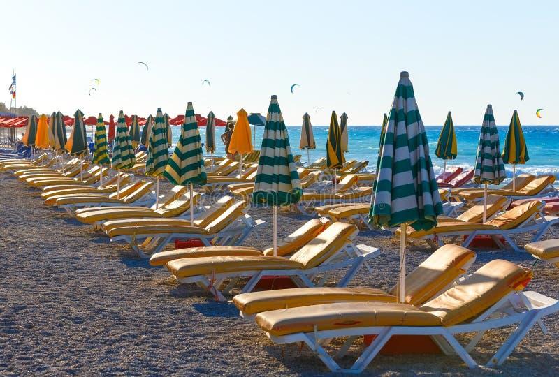 Vue de plage avec des chaises et des parapluies La Grèce photographie stock