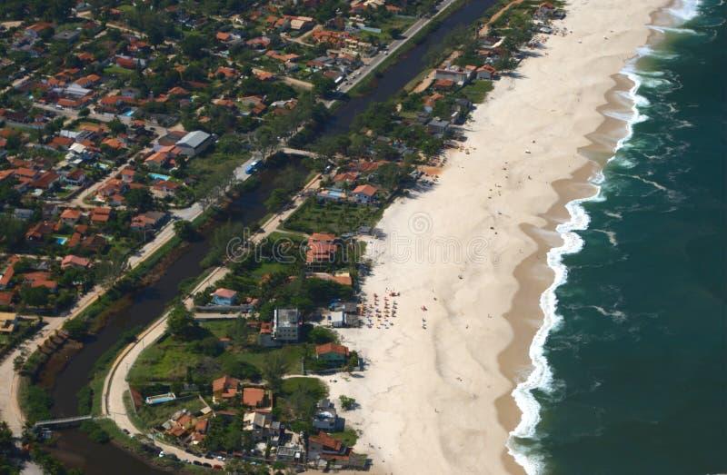 Vue de plage d'Itaipuacu du dessus de montagne de Mourao photographie stock