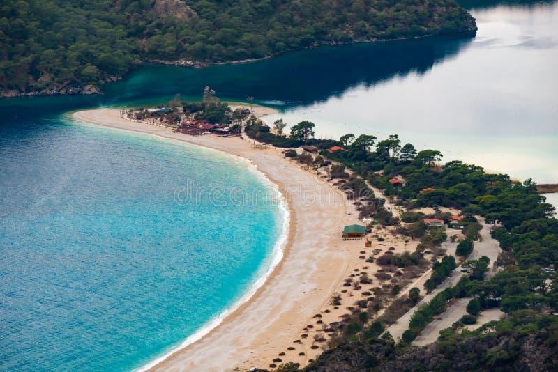Vue de plage d'Oludeniz dans la ville de Fethiye Paysage stupéfiant de manière de Lycian course de agrandissement en verre de car images stock