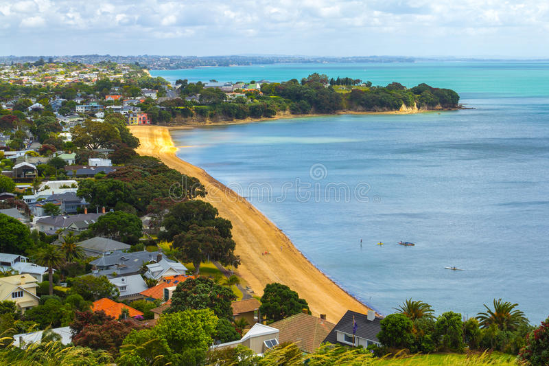 Vue de plage de Cheltenham de la tête du nord Auckland Nouvelle-Zélande images libres de droits