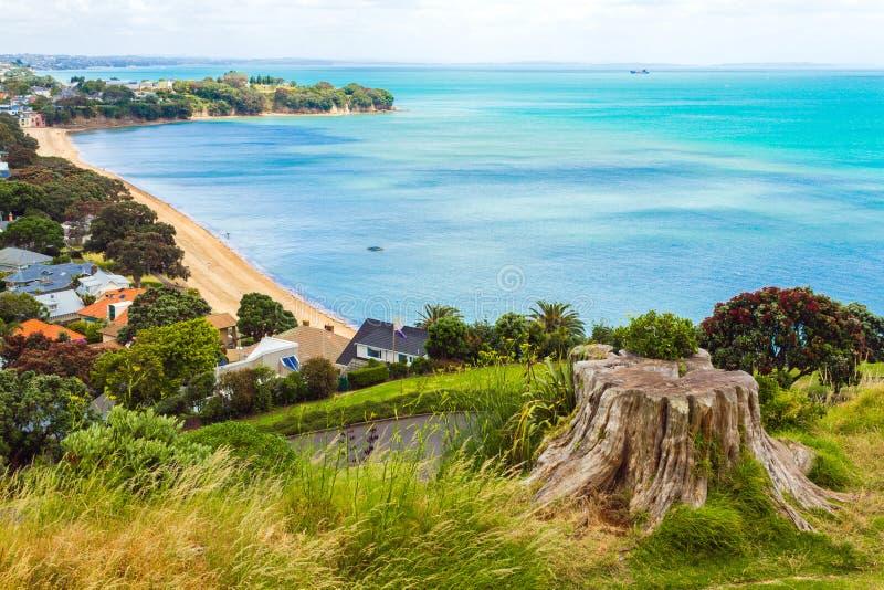 Vue de plage de Cheltenham de la tête du nord Auckland Nouvelle-Zélande photos stock