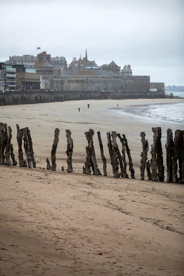 Vue de plage et de vieille ville de Saint Malo brittany photographie stock libre de droits