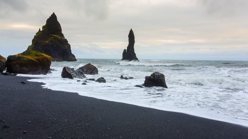 Vue de plage de lave de Reynisfjara, paysage du sud de l'Islande photos stock