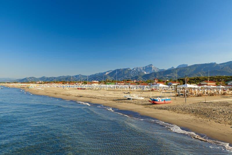 Vue de plage de marmi de dei de forte sur le lever de soleil photo libre de droits
