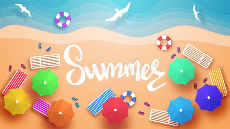 Vue de plage ? partir du dessus Lits pliants, parapluies, cercles gonflables pour nager, pantoufles de plage illustration libre de droits