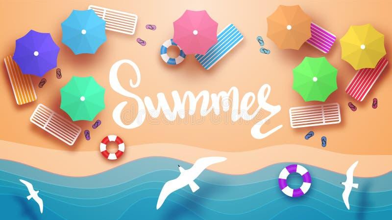 Vue de plage ? partir du dessus Lits pliants, parapluies, cercles gonflables pour nager, pantoufles de plage Mouettes de vol illustration libre de droits