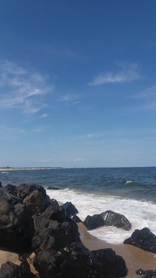 Vue de plage pendant le midi d'été images libres de droits