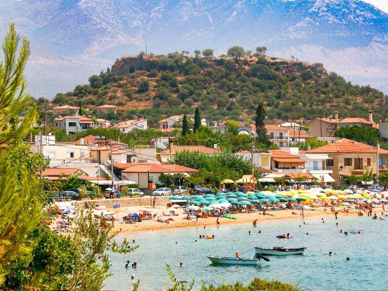 Vue de plage de Stoupa, située à Messine, la Grèce photo libre de droits