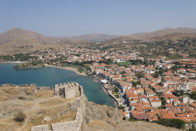Vue de plage de ville d'île de Lemnos/Limnos de forteresse médiévale Paysage grec de ville de Myrina photographie stock libre de droits