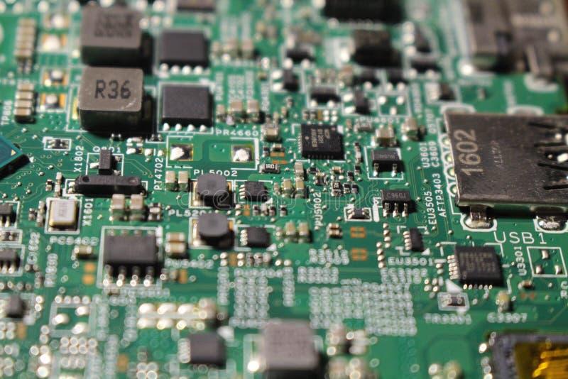 Vue de plan rapproché à la carte mère d'ordinateur portable et aux composants de semi-conducteurs photographie stock
