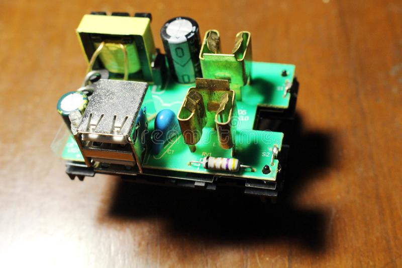 Vue de plan rapproché à un dispositif universel d'adaptateur et ses composants comprenant USB photographie stock