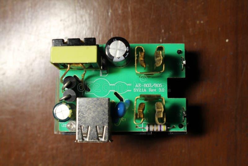 Vue de plan rapproché à un dispositif universel d'adaptateur et ses composants comprenant USB photographie stock libre de droits