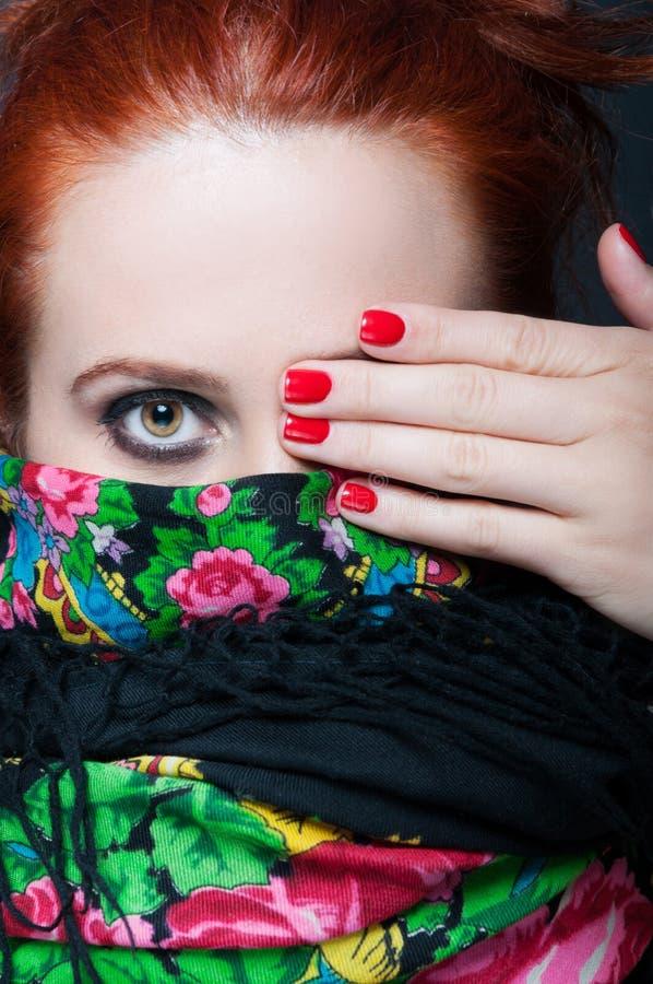 Vue de plan rapproché de femme élégante couvrant son oeil photo stock