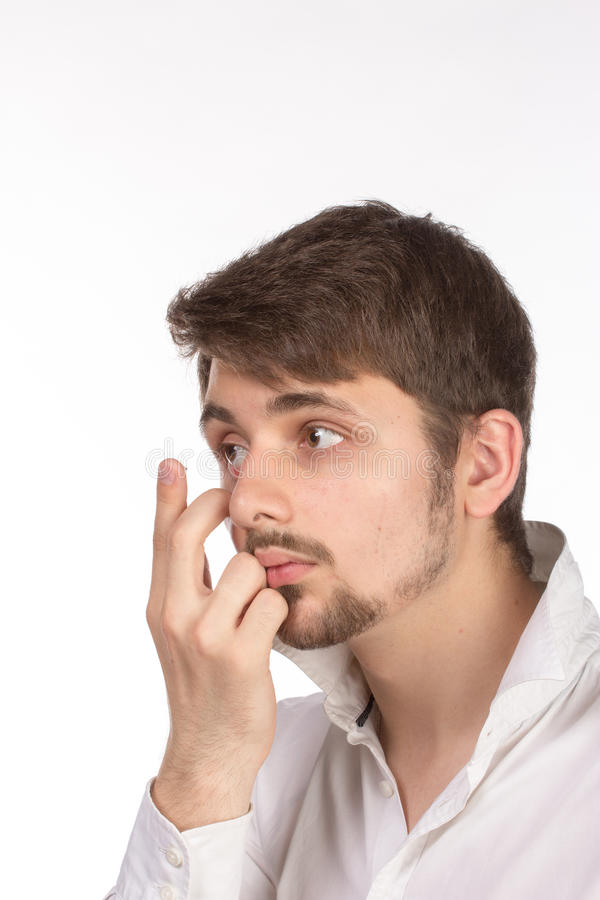 Vue de plan rapproché de l'oeil brun d'un homme tout en insérant un c correctif photo stock