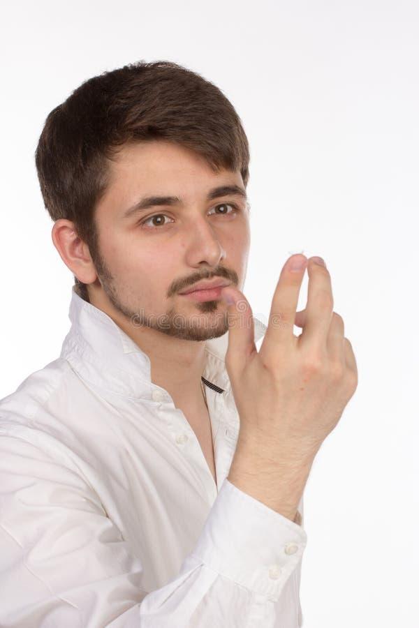 Vue de plan rapproché de l'oeil brun d'un homme tout en insérant un c correctif photographie stock