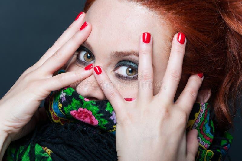 Vue de plan rapproché de modèle mystérieux de fille photographie stock libre de droits