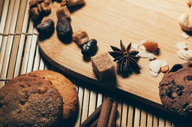 Vue de plan rapproché des biscuits croquants ronds de chocolat avec des écrous, cacao photos libres de droits