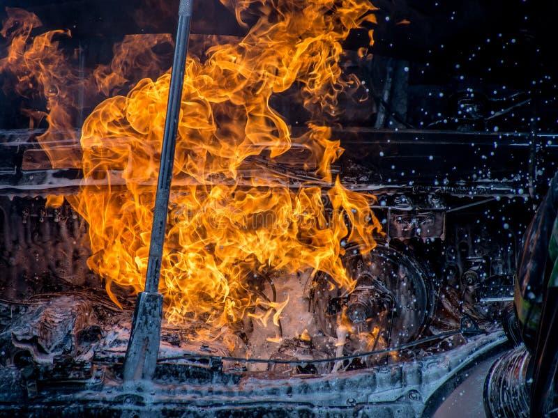 Vue de plan rapproché du capot brûlant de voiture images stock