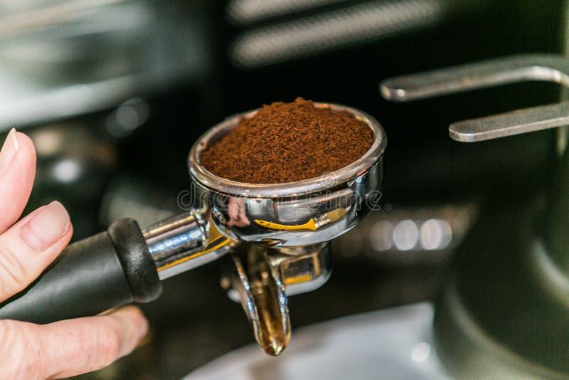 Vue de plan rapproché de faire le café d'expresso avec la machine professionnelle de café images libres de droits